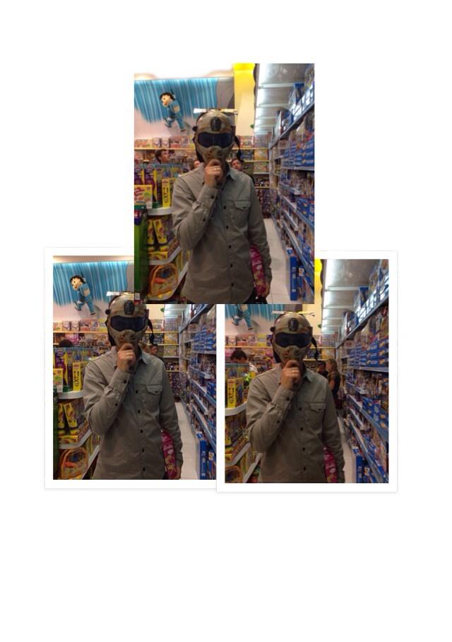 Mor estava empolgado na loja de brinquedos